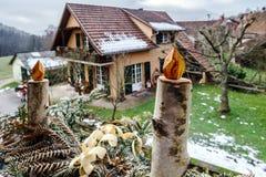 Velas hechas en casa de la Navidad que hacen de la madera de abedul Fotos de archivo