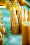 Velas hechas a mano hermosas de la cera de la abeja de la miel de diversas formas Fotos de archivo libres de regalías