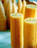 Velas hechas a mano hermosas de la cera de la abeja de la miel de diversas formas Imagen de archivo
