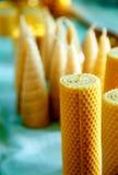 Velas hechas a mano hermosas de la cera de la abeja de la miel de diversas formas Foto de archivo
