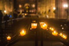 Velas hermosas en la iglesia de la noche Fotografía de archivo