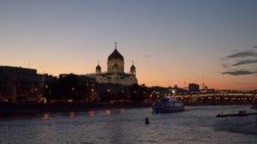 Velas iluminadas do barco de prazer através do rio de Moscou Imagens de Stock Royalty Free