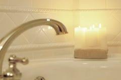 Velas iluminadas em um banho romântico borrado Imagem de Stock