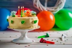 Velas iluminadas no bolo de aniversário Fotografia de Stock Royalty Free