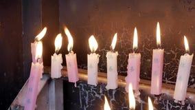 Velas iluminadas no templo vídeos de arquivo