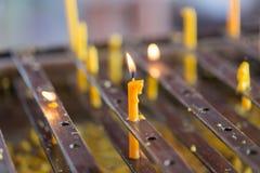 Velas ligeras para la adoración budista Buda Foto de archivo libre de regalías
