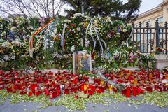 Velas memoráveis na frente do palácio de Mihai, rei de Romênia imagem de stock