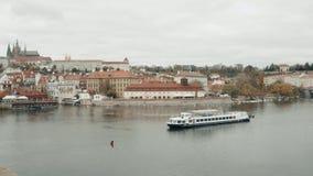 Velas modernas do barco de prazer ao longo do rio de Vltava vídeos de arquivo