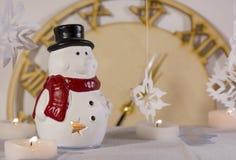 Velas, muñeco de nieve, copos de nieve, relojes Fotos de archivo libres de regalías
