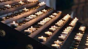 Velas na catedral de St Stephen em Viena Velas iluminadas no templo no crepúsculo vídeos de arquivo