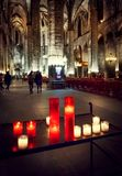Velas na igreja gótico nos visitantes do fundo Foto de Stock Royalty Free