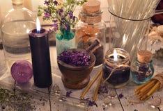 Velas negras con los tarros de cristal y los objetos místicos Imágenes de archivo libres de regalías