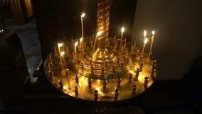 Velas no ícone na catedral de Kazan filme
