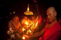 Velas no barco durante o festival de Loykratong em Laos. Fotografia de Stock Royalty Free