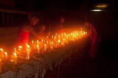Velas no barco durante o festival de Loykratong em Laos. Imagem de Stock