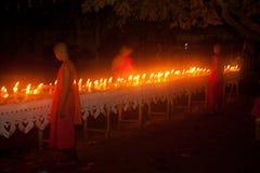 Velas no barco durante o festival de Loykratong em Laos. Imagens de Stock