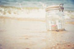 Velas no frasco com praia bonita Fotos de Stock