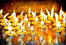 Velas no templo do swayambhunath em Nepal imagens de stock