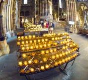 Velas para el difunto en la catedral de Estrasburgo Fotos de archivo libres de regalías