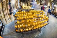 Velas para el difunto en la catedral de Estrasburgo Fotografía de archivo