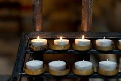 Velas pequenas em um suporte na catedral de Tarragona foto de stock