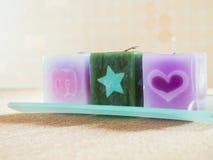 Velas perfumadas hermosas en las bandejas de cristal fotografía de archivo libre de regalías