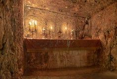 Velas que iluminam-se na prisão de Jesus Christ, prisão dos ladrões e de Barabbas, Jerusalém fotos de stock