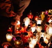 Velas que queimam-se em um cemitério durante todo o dia de Saint Fotos de Stock