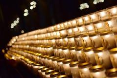Velas que queman en la catedral famosa de Notre Dame de Paris en París Fotos de archivo libres de regalías