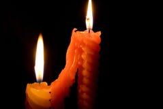 Velas que queman en la oscuridad imagen de archivo