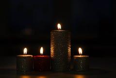 Velas que queman en la tabla en la oscuridad Fotos de archivo