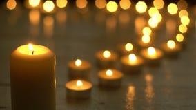 Velas que queman las luces para el tema romántico