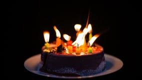 Velas que queman y que salen en la torta de cumpleaños, transience de la vida, timelapse almacen de metraje de vídeo