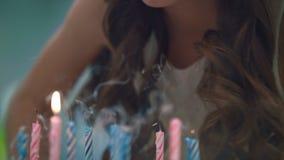 Velas que soplan de la muchacha en la torta del partido Tradición de la celebración del cumpleaños de los niños almacen de metraje de vídeo
