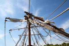 Velas quebradas en un barco pirata viejo fotografía de archivo