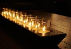 Velas rústicas na tabela de madeira Fotografia de Stock