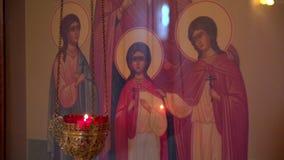 Velas religiosas que queman con los icones metrajes