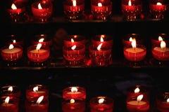 Velas rojas ardientes en una iglesia Imagen de archivo