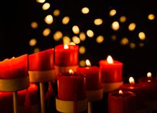 Velas rojas con el fondo de Bokeh Imagen de archivo