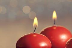 Velas rojas de la Navidad en fondo del bokeh Imagen de archivo