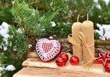 Velas rojas de las bolas del árbol de la decoración de la Navidad Imágenes de archivo libres de regalías