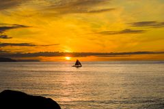 Velas rojas en la puesta del sol Imagen de archivo libre de regalías