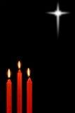 Velas rojas en negro fotografía de archivo