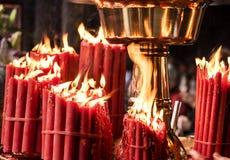 Velas rojas en templo Fotos de archivo