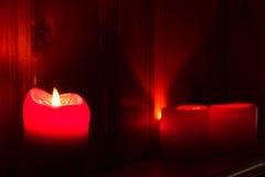 Velas rojas que brillan intensamente Fotografía de archivo libre de regalías