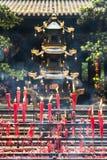 Velas rojas que queman en un templo budista Fotografía de archivo