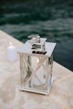 Velas románticas en el embarcadero cerca del agua Fotos de archivo libres de regalías