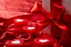 Velas românticas com presente fotos de stock