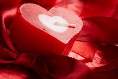 Velas românticas com presente foto de stock royalty free