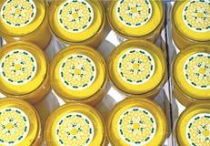 Velas scented amarelas no contador da loja imagens de stock royalty free
